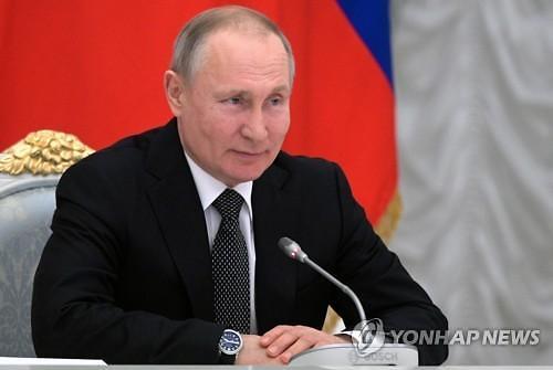 """러시아 첫 코로나19 백신 등록…푸틴 """"내 딸도 맞아"""""""