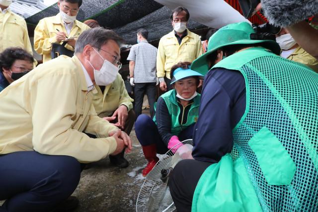 [포토] 화개장터 자원봉사자들 격려하는 문재인 대통령