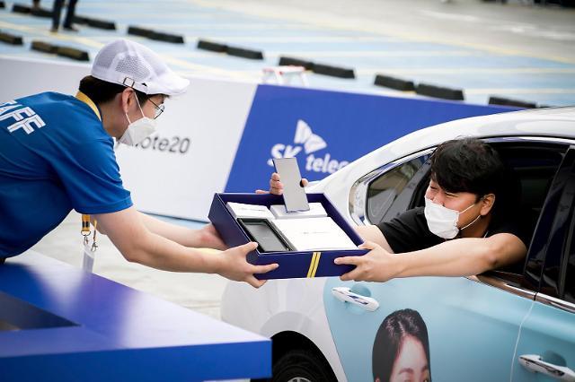 """""""어, 휴대폰도 드라이브 스루가 되네""""… 갤노트20 차 안에서 받는다(종합)"""