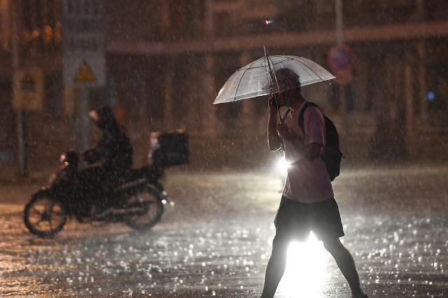 하루 종일 폭우 기다린 베이징 시민들