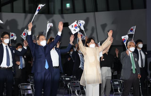 [포토] 태극기 흔드는 문재인 대통령