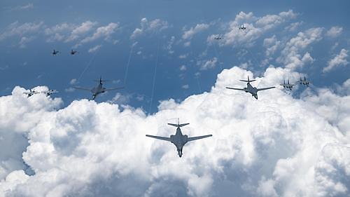 美军6架轰炸机罕见同时飞临韩半岛