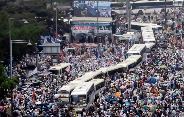 코로나19 재확산…광복절 집회 허용한 법원에 비난 화살