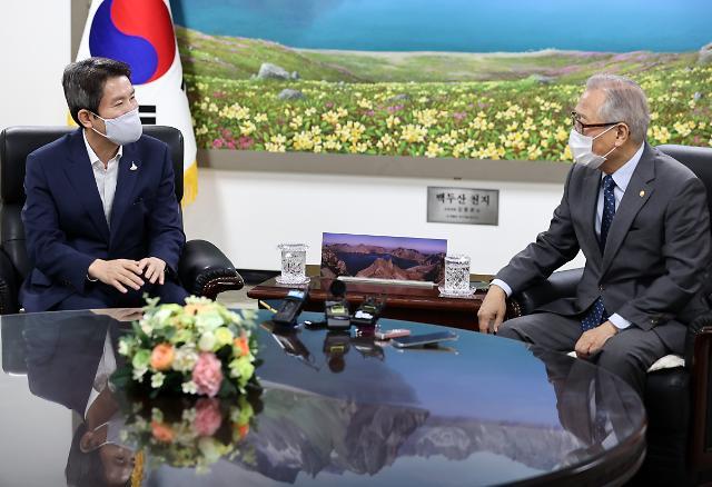 """이인영·정세현 대북전단 규제 제도화 공감…""""법 제정시 北도 움직일 것"""""""