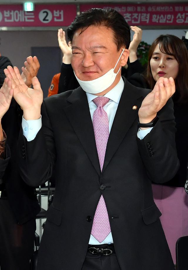 """민경욱, 자가격리 중 무단이탈 고발 당하자 """"음성인데?...법적근거대라"""""""