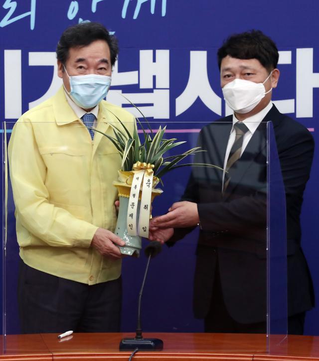 """이낙연 """"당정청은 운명 공동체""""...최재성 """"당과 잘 소통"""""""