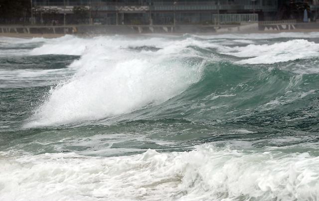 태풍 마이삭 관통…하이선도 올라온다