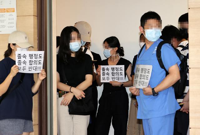 '의정합의' 두고 갈라진 의료계, 전공의 업무 복귀 시점 미지수