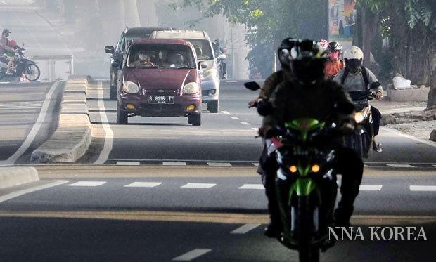 자카르타 도로를 달리는 오토바이
