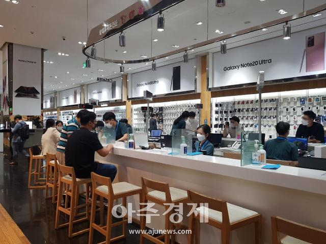 """[현장] """"갤Z폴드2 사전판매, 오프라인 매장 온도차…온라인 예약 고객 증가"""""""
