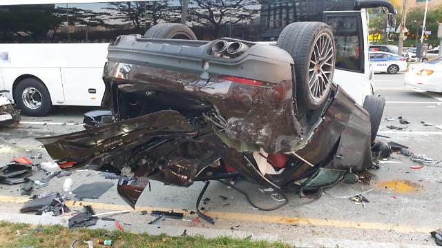 [슬라이드 화보] 뒤집혀진 포르쉐... 부산 해운대 7중 추돌 사고