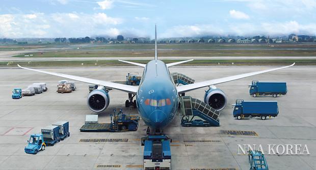 출항을 준비중인 베트남항공기