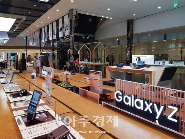 갤럭시Z폴드2 개통 시작…주말 판매량 10만대 기대