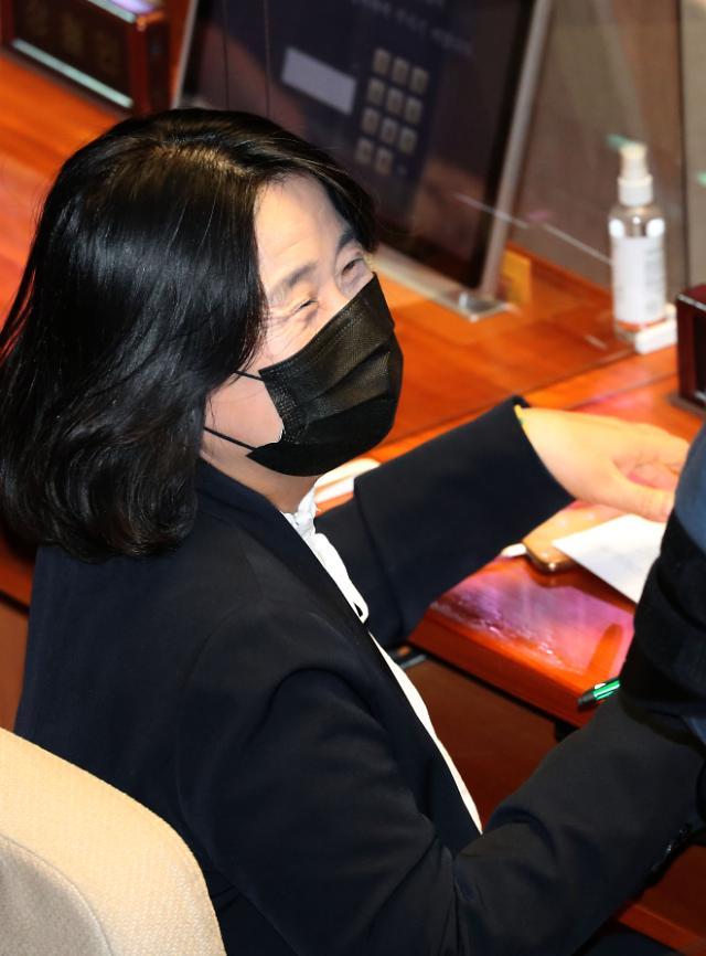 """민주당, 윤미향 당직 정지...국민의힘 """"사퇴하라"""""""