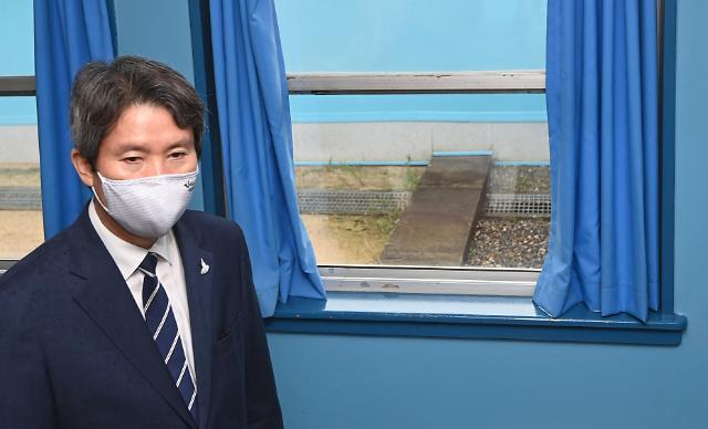 [포토] 이인영 장관 뒤로 보이는 군사분계선 콘크리트