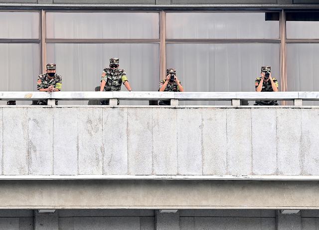 [포토] 남쪽 바라보는 북한 군인들