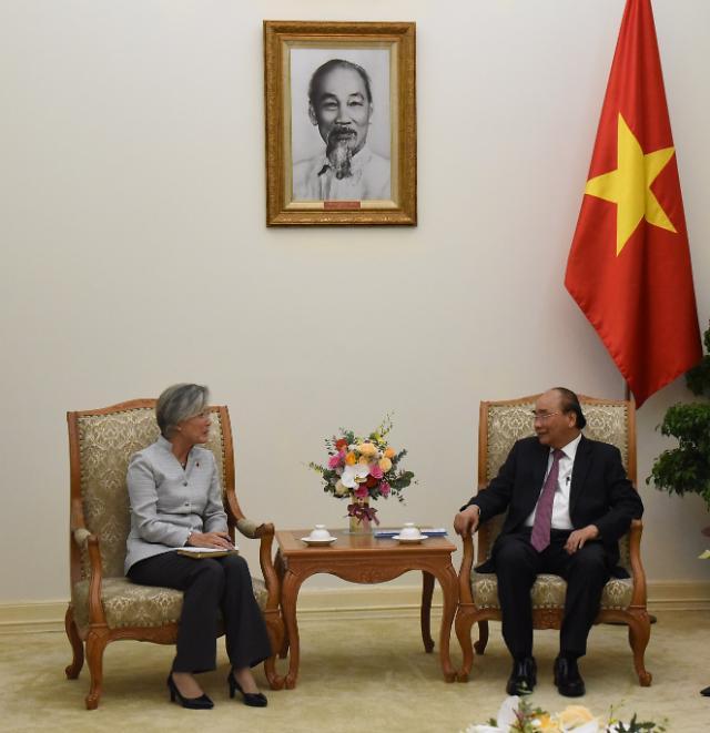 강경화 장관, 베트남 첫 일정 푹 총리 예방