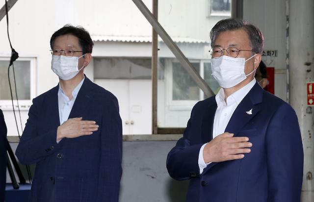 5개월 만에 조우한 文·김경수, 훈훈한 분위기 속 한국판 뉴딜 성공 다짐