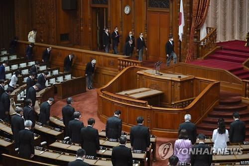 일본 국회도 뚫렸다...日의원 첫 확진자 스가 총리와도 접촉