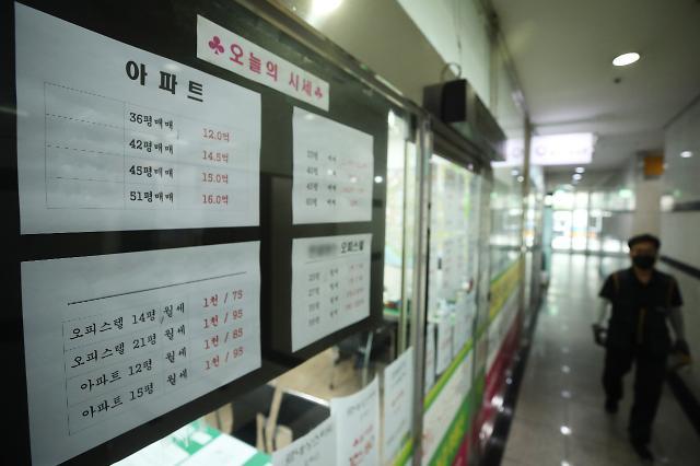 8월 전국 주택 거래량 8.5만건…부동산 옥죄기에 40%↓