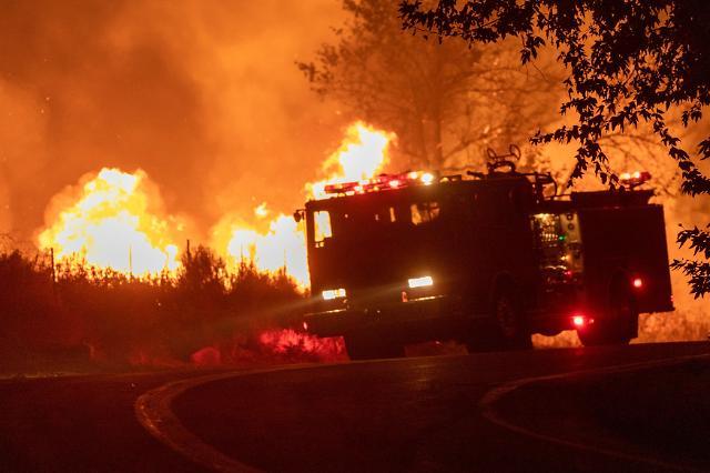 [슬라이드 뉴스] 꺼질 줄 모르는 캘리포니아 산불…소방관 1명 희생