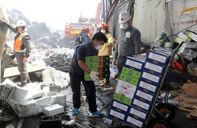 [슬라이드 뉴스] 하나라도... 잿더미 속 그나마 멀쩡한 제품 옮기는 청량리시장 상인들