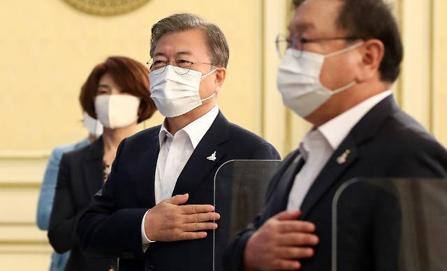 """文대통령 """"권력기관 개혁 돌이킬 수 없어…다시 태어날 각오로 완결"""""""