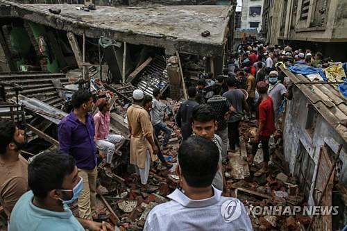 인도서 3층 건물 붕괴...10명 사망·최소 20명 매몰