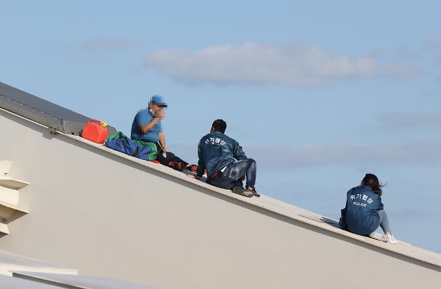 [포토] 양화대교 소동 남성 설득하는 경찰
