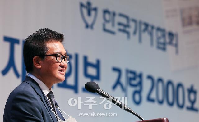 [포토] 김동훈 회장, 감격적인 기자협회보 지령 2000호