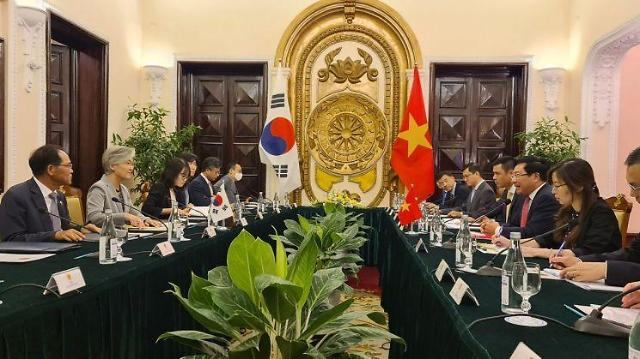 [특파원 시선]강경화 장관의 베트남 방문과 다자주의