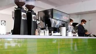 Nghệ thuật truyền thông sử dụng tấm nền OLED trong suốt của LG xuất hiện tại các quán cà phê ở Seoul
