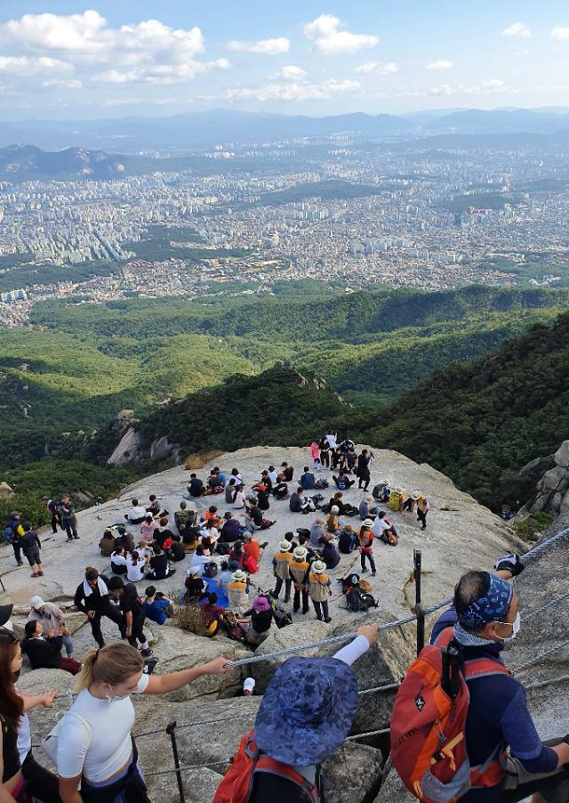 [포토] 마스크 쓰고 북한산 찾는 시민들