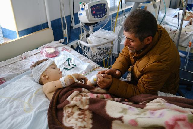[슬라이드 포토] 아이가 무슨 죄... 아제르바이잔·아르메니아 교전 속 신음하는 민간인들