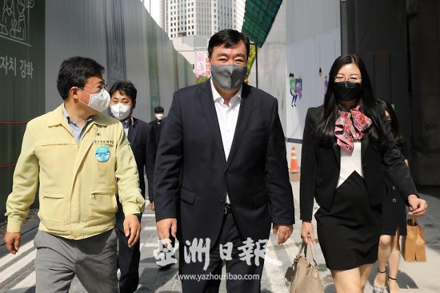 中国驻韩大使邢海明访问明洞化妆品店