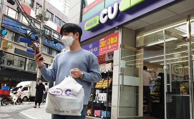 Convenience store franchise CU starts on-foot grocery delivery service