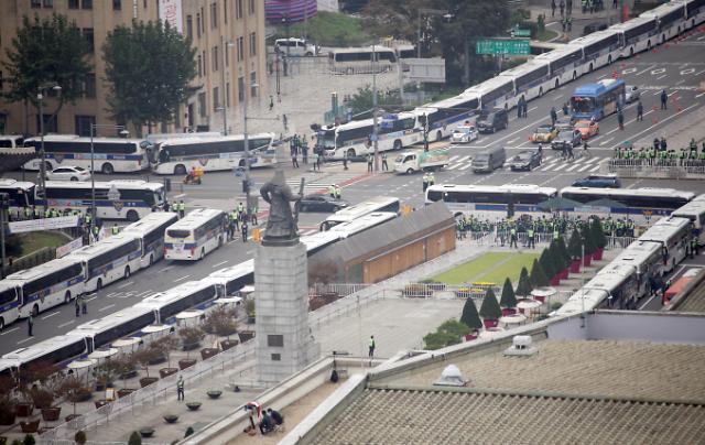 한글날 광화문 불법집회 없었다...경찰, 차벽 순차 해제 시작