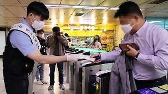 Hàn Quốc bắt buộc đeo khẩu trang trên các phương tiện giao thông công cộng và bệnh viện