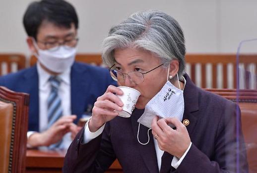 [최신형의 불온한 정치] 강경화를 위한 변명…가부장제는 정치권력보다 강하다