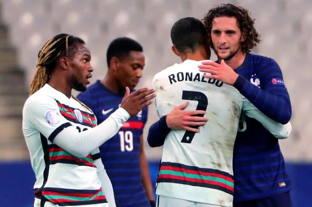 프랑스 선수들과 포옹하는 호날두[AP=연합뉴스]
