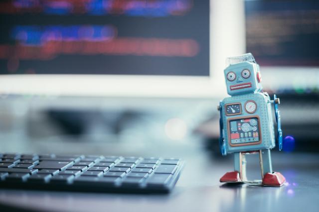 LG CNS-SK C&C, AI 서비스 포털 나란히 오픈…활용사례 중심 맞대결