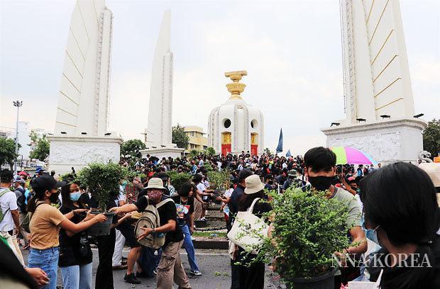 태국.민주기념탑에 모인 반정부 집회 참가자들