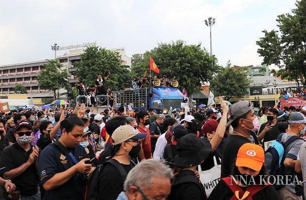 [NNA] 방콕, 연이은 반정부시위,,, 왕실파와 마찰도