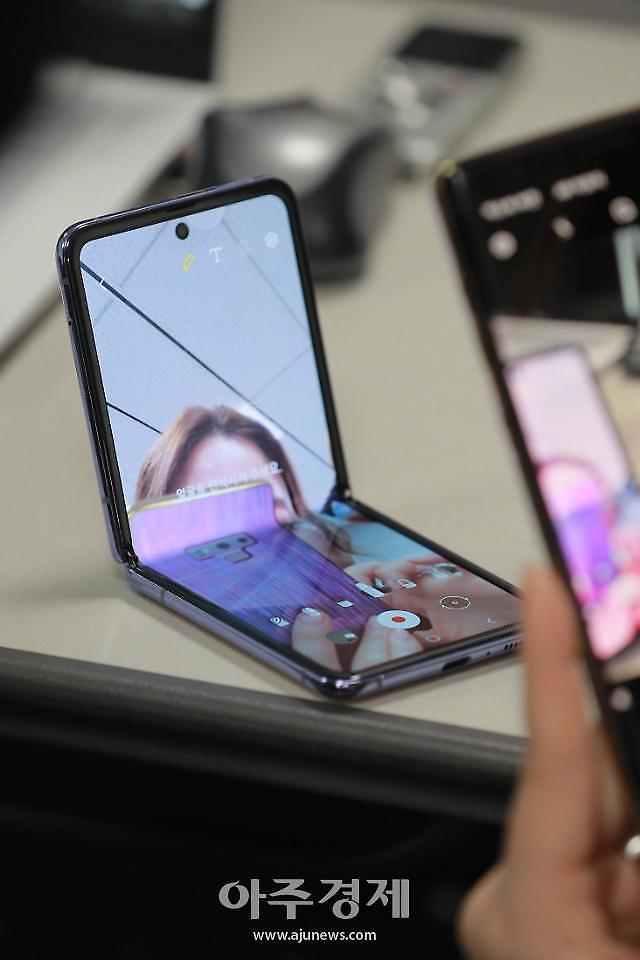 갤럭시Z 플립 출고가 118만원으로 인하... 아이폰12 프로에 맞불