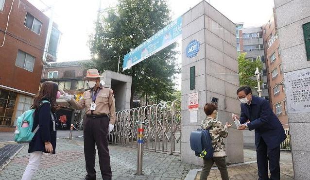 Học sinh tiểu học bắt đầu được đến trường trở lại
