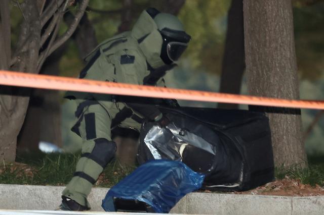 [슬라이드 포토] 국회에 나타난 폭발물 의심 가방? 열어보니 빈 가방
