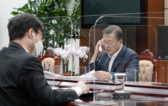 文 대통령 지지율 6주 연속 40% 중반대…학생 지지층 이탈