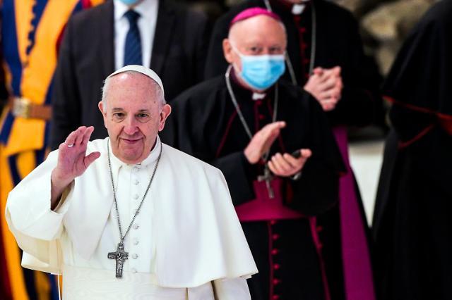 """교황 """"성소수자도 신의 자녀""""...LGBTQ 권익보호·시민결합법 첫 지지 선언"""
