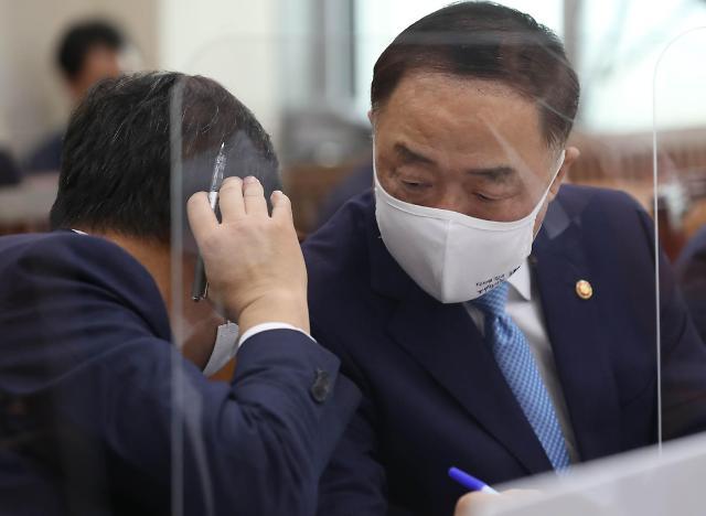 """[2020 국감] 홍남기 """"전세시장 추가 대책 관계부처 고민 중"""""""