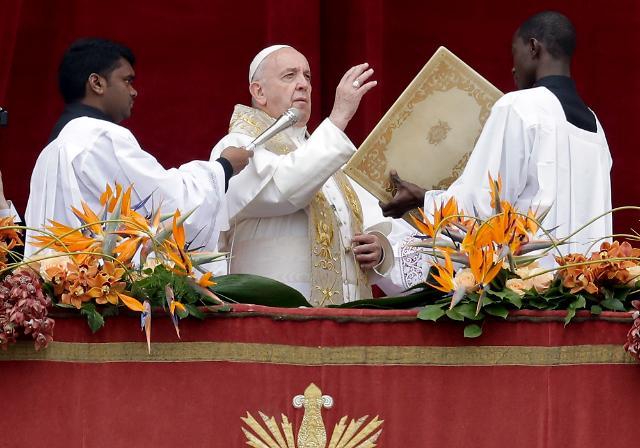 교황도 동성결혼 지지한다는데...엇갈린 여론?